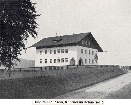 """Škola v Arnbrucku """"im Böhmerwald"""", jak je napsáno při jejím snímku z časů, kdy byla postavena v ideovém duchu národního socialismu"""