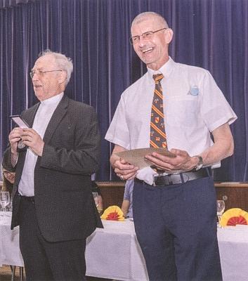Tady předává v roce 2021 Siegfriedu Weberovi medaili biskupa Neumanna