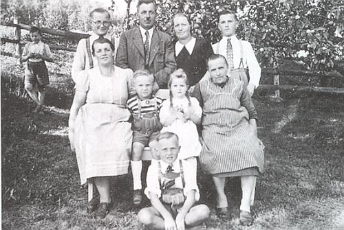 Rodina Ehrlova v Sindorfu roku 1950, Alois sedí vedle maminky druhý zleva
