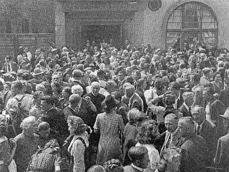 """Vzácný snímek ze Schwabachu, kde nyní žije, zachytil v červnu 1949 vyhnance shromážděné k pobožnosti před někdejší místní """"Medvědí síní"""" (Bärensaal)"""