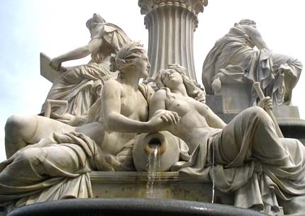 Sousoší Labe a Vltavy na Athenině kašně před vídeňským parlamentem, dílo Carla Kundmanna (1838-1919)...