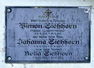 Náhrobní deska jeho rodičů na zdi stříbrského hřbitova
