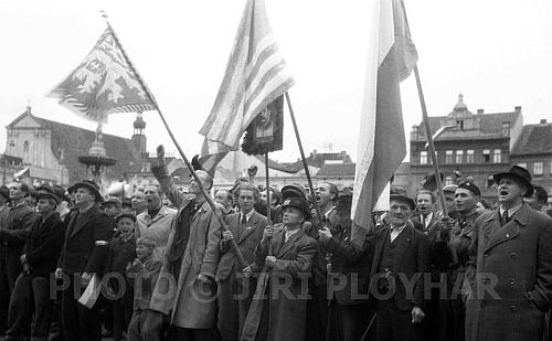 Dav při projevech předsedy Revolučního národního výboru MUDr. Rudolfa Bureše a velitele čsl. branných sil v jižních Čechách plukovníka Františka Vávry na českobudějovickém náměstí 5. května 1945 kolem 17. hodiny s vlajkou republiky a za vlajkou USA s podobiznou Stalinovou