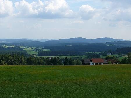 Pohled z úbočí vrchu Viehberg u Sandlu jižním směrem