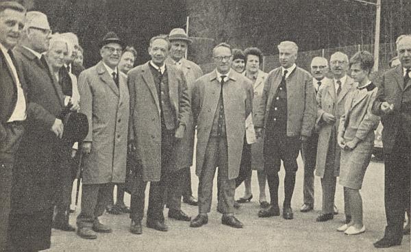 Na snímku ze setkání abiturientů českokrumlovského gymnázia v bavorském Rosenheimu po 40 letech 1. máje roku 1964 stojí uprostřed v brýlích, čvrtý zprava uprostřed s tváří zpola zakrytou je tu zachycen i Anton Sika, vidět není Franz Kreipl, který fotografuje