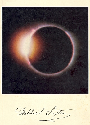 """Obálka (1969) onoho čísla čtvrtletníku Institutu Adalberta Stiftera v Linci, kde byla uveřejněna Eisenmeierova recenze prvého svazku třídílného výboru ze Stifterových povídek v českobudějovické Růži 1968, znázorňuje fázi zatmění Slunce, jehož popisem se roku 1842 Stifter tak proslavil, zvanou """"Diamantový prsten"""""""