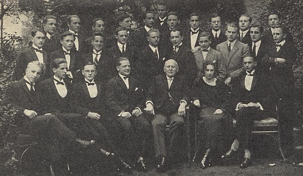 Mezi maturanty českokrumlovského gymnázia v roce 1924 sedí v první řadě zcela vlevo, v druhé řadě prvý zprava Anton Sika, v zadní řadě pak třetí zleva Franz Kreipl