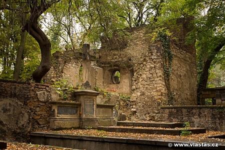 """Ty trosky na Olšanských hřbitovech jsou snad pozůstatky kdysi největší zdejší hrobky, náležející Eissnerům """"von und zu Eisenstein"""""""