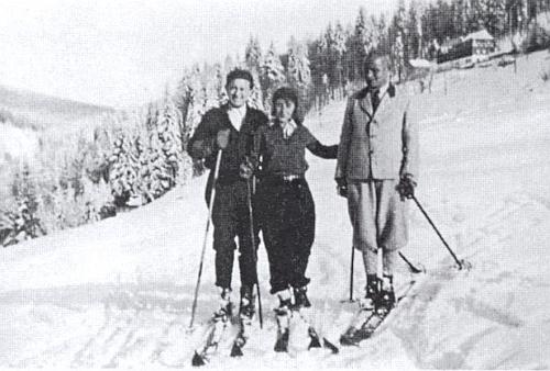 Na vzácném snímku z doby někdy kolem roku 1937 ze zimního svahu Hochfichtu je zachycen zleva manželský pár barona a baronky von Eisenstein s budějovickým profesorem Minkem