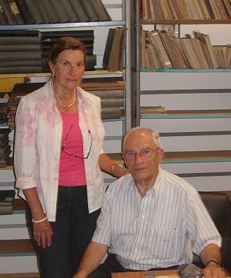 Příbuzná Karla Eissnera Gabriela Schieberová smanželem při návštěvě Jihočeské vědecké knihovny v září 2008
