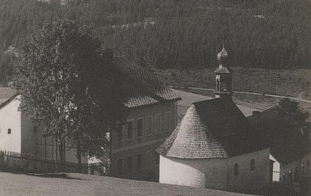 Další dvě pohlednice Stodůlek i s kaplí, která ovšem mohutností dosahovala rozměrů některých šumavských kostelů
