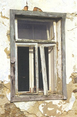 Okno, které nikam nevede - opuštěný dům v Lužnici vzaniklé usedlosti zvané Na Větrné hůrce...