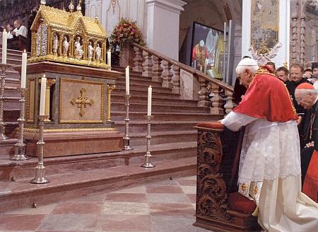 Papež Benedikt XVI. se modlí u relikviáře sv. Korbiniána v dómu ve Freisingu 14.září roku 2006 při své cestě do Bavorska