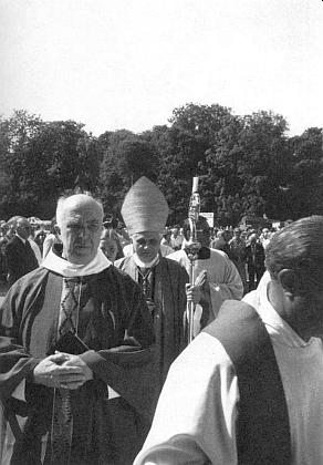 Příchod arcibiskupa Ratzingera keslavnostní bohoslužbě oSudetoněmeckém sněmu v Mnichově roku 1979