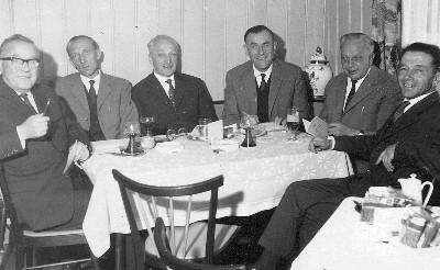 Staré představenstvo sdružení jménem Verein der heimattreuen Böhmerwäldler u jednoho stolu: zleva Rudolf Schinko, Heinrich Pollak, Franz Sattler, Alois Anderle, Rudolf Erhart a Sepp Nodes, otec Franze Nodese