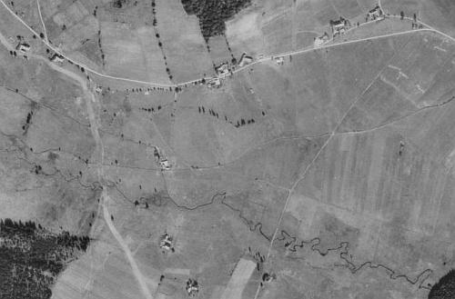 Zaniklá Pestřice na leteckých snímcích z let 1952 a 2008 (viz i Frieda Reisinger-Knöllová)