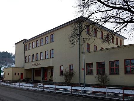 Budovu německé školy ve Vyšším Brodě projektoval rovněž jeho bratr Karl - snímek vlevo je převzat z poválečné školní kroniky, takže na průčelí je stopa po odstraněném německém nápise
