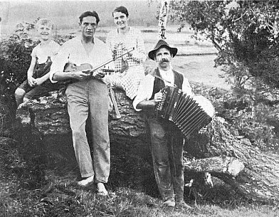 Je to on, ten mladík s houslemi a s venkovským harmonikářem po svém boku