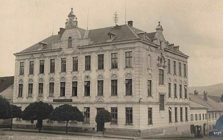 Měšťanská škola v Kašperských Horách na pohlednici Josefa Wolfa