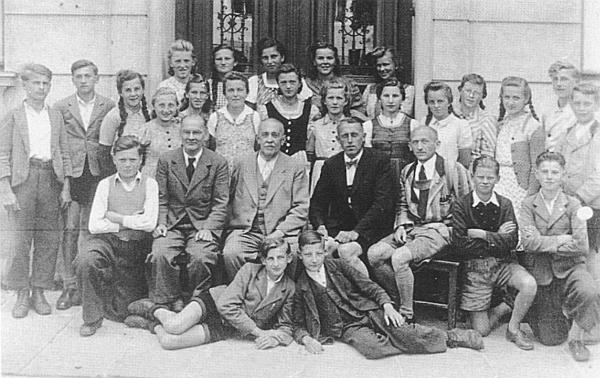 S učiteli a žáky kašperskohorské měšťanky na počátku čtyřicátých let 20. století (mezi učiteli druhý zleva ve světlém obleku)