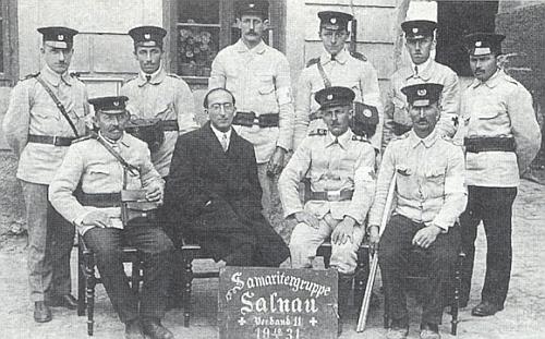 """Ve skupině dobrovolných """"samaritánů"""" z Želnavy v kvetnu 1931 stojící druhý zleva, sedící druhý odleva je židovský lékař v Želnavě Dr. Karl Thierfeld"""