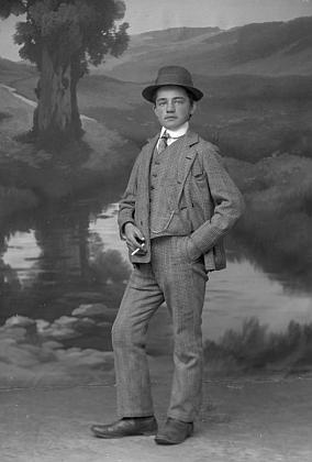 """Na snímku z fotoateliéru Seidel s datem 24. září 1918 je uveden jako objednavatel isadresou """"Neuofen18"""""""