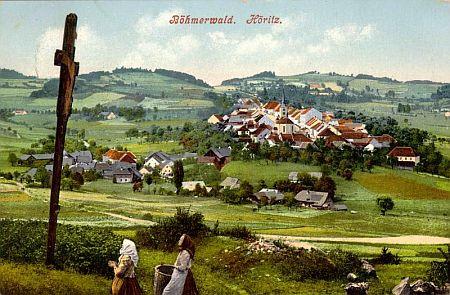 Stará pohlednice Hořic na Šumavě s dnes zaniklým Záhliním v pozadí mezi stromy