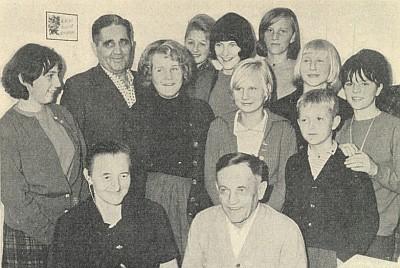 Sedmdesáté narozeniny oslavil takto v rodinném kruhu (vpředu sedící s manželkou)