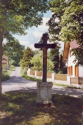 Kříž na návsi v Mýtě a stará místní tabule obce