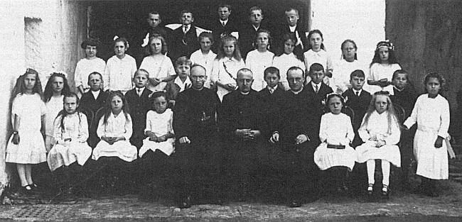 V den prvního svatého přijímání 8. května 1927 v Horní Plané byl pořízen tento snímek, kde malý Rupert Essl stojí v první řadě čtvrtý zprava za kaplanem Othmarem Rauschem