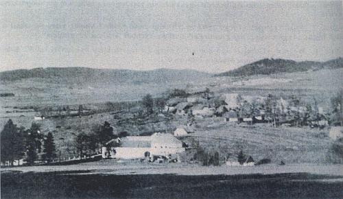 Pihlov, v popředí Černý mlýn