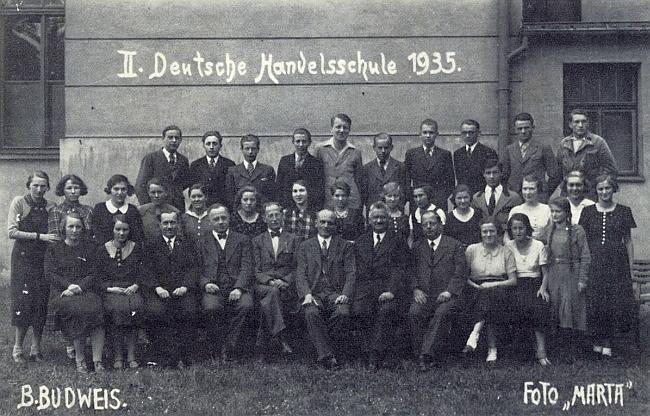 Jako žák německé obchodní školy v Českých Budějovicích v roce 1935 stojí pátý zprava ve druhé řadě mezi děvčaty, druhý zleva v zadní řadě stojí Josef Koschant z Mostků, jeho spolužák