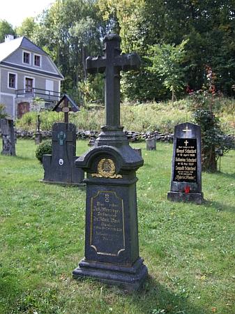 Hrob Aloise Essla na hřbitově ve Zvonkové se zachoval dodnes