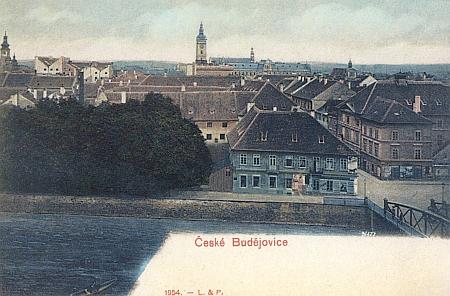 Kolorovaná pohlednice z počátku 20. století zachycuje  českobudějovické divadlo zcela vpravo