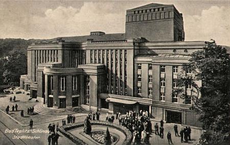 """Stará pohlednice s budovou divadla v Teplicích, které bylo činné v letech 1874-1994 (později jen jako """"stagiona"""" hostujících souborů/) a Ettinger byl ve dvacátých letech minulého století jeho ředitelem (budova na snímku byla dokončena v roce 1924 a po roce 1945 se  situace zvláštním způsobem obrátila v tom smyslu, že s obnovou zdejší, české už instituce """"Divadlo Sever"""" /později """"Krušnohorské divadlo""""/, pomáhalo čekobudějovické divadlo)"""