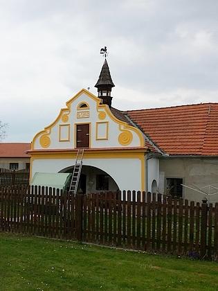Rodný dům čp. 8 v Mahouši a kovárna naproti s kohoutem na střešní zvoničce