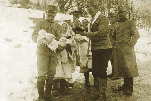Křtí novorozeně v Jaworzeci 3. března 1915
