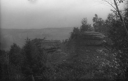 Snímek skaliska a snad i středověkého hrádku Beistein nad Číměří (Schamers) u Nové Bystřice pochází z fotobanky Musea Fotoateliér Seidel