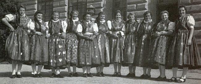 Děvčata z Hodějovic v selských krojích před Německým domem v Českých Budějovicích