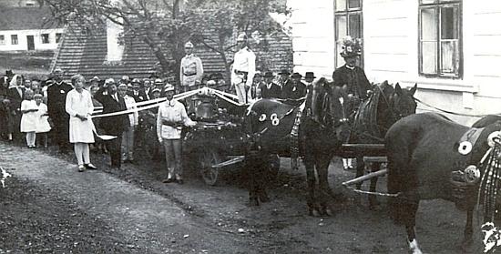 Na snímku, který zaslala do krajanského měsíčníku, je zachycena slavnost svěcení zvonů v Hodějovicích někdy kolem roku 1930 - na koni vpředu se zdobeným kloboukem sedí její otec