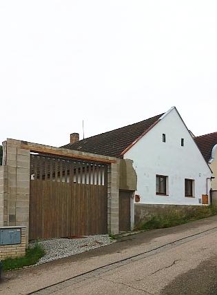 Rodný dům čp. 33 na hodějovické návsi ještě s původními vraty a po změně v roce 2021