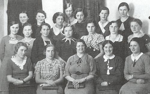Mezi žákyněmi hospodyňské školy v Českých Budějovicích roku 1938 je ona ta v první řadě stojících druhá zleva