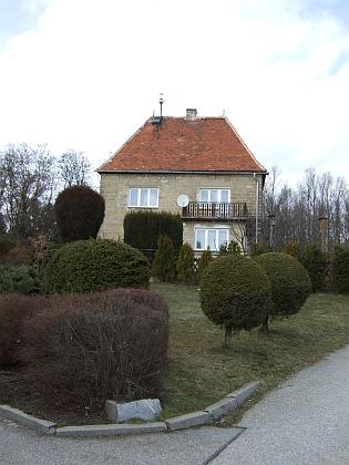 """Tato zajímavá stavba na konci dnešní ulice K Šemberku nad Starými Hodějovicemi se zdmi z pískovcových kvádrů asvysokou střechou (okna a veranda jsou ovšem nepůvodní) měla od roku 1942 sloužit organizaci Hitlerjugend a prostíral se prý kolem ní podle svědectví dnešního majitele tzv. """"třešňový sad Adolfa Hitlera"""""""