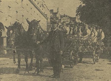 O dožínkové slavnosti roku 1943 v Českých Budějovicích před vjezdem k Německému domu při tehdy nově zbudovaném zadním traktu divadla stanul ozdobený žebřiňák s krojovanou skupinou ze Starých Hodějovic
