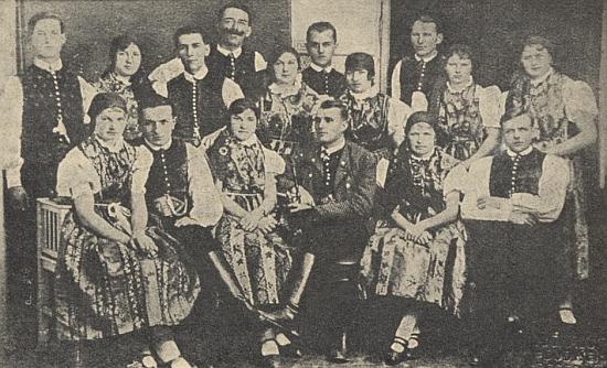 """Snímek ze """"selského"""" bálu v Českých Budějovicích roku 1928 zachycuje """"Planer Gruppe"""", tj. skupinu z Plané"""