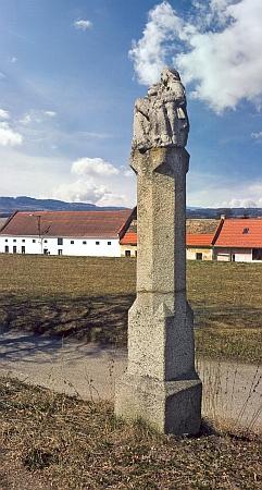 Boží muka se sousoším Piety na návsi rodné vsi Blansko, stav v roce 2009...