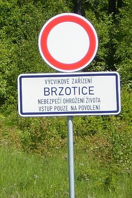 Děd kovářoval v Brzoticích, zaniklé vsi boletického vojenského prostoru - dnešní vstup do míst, kde stála, zachycuje snímek z roku 2010
