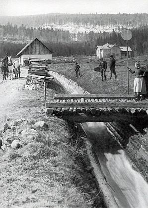 """Schwarzenberská myslivna na snímku, pořízeném někdy kolem roku 1900, v""""Hiršperkách"""" už stojí - vpravo vzadu"""
