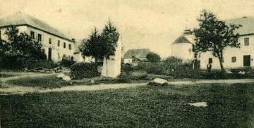 Někdejší škola v Cudrovicích (na snímku vlevo), ...