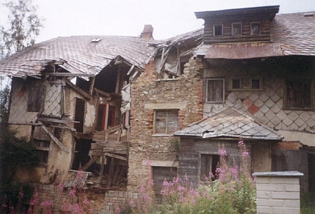 Polorozpadlý hotel Pešl na snímku z roku 1999...